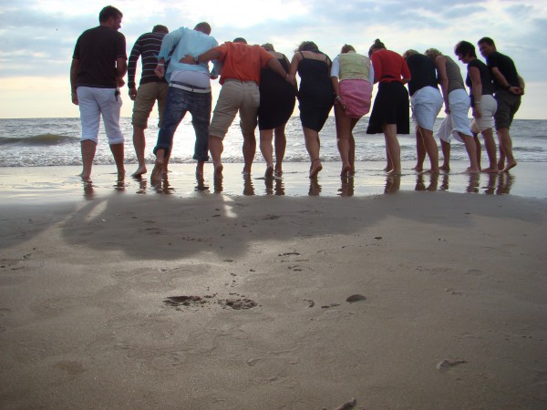 Naar het strand, wroeten in het zoute water