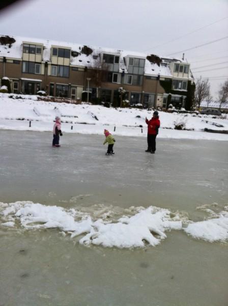 drie dames op het ijs