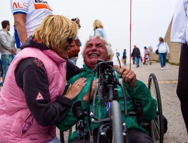 Aad zeer emotioneel aan de finish boven op de Mont Ventoux