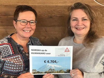 Mariska en Bianca Cheque voor Kilimanjaro