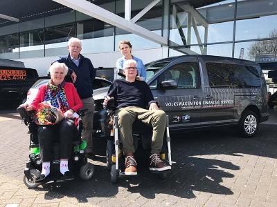 Uitreiking rolstoelauto's stichting als op de weg