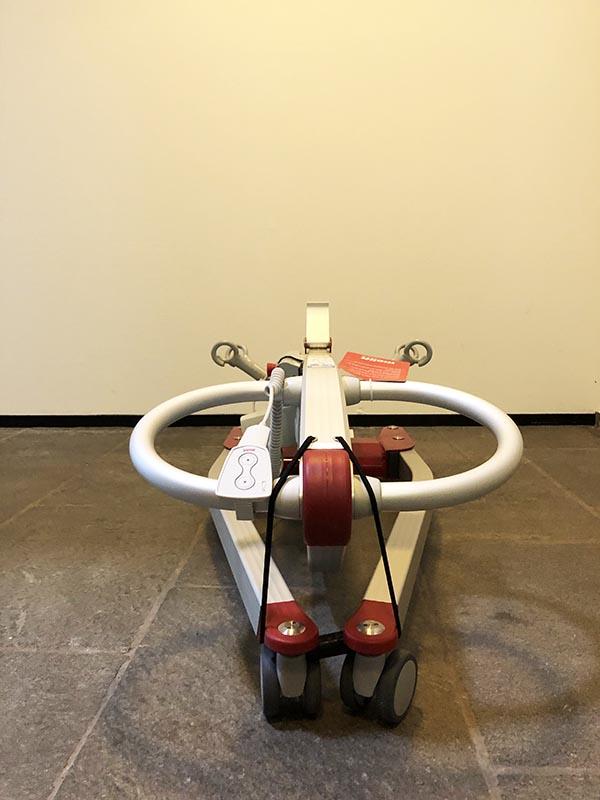 Stichting ALS op de weg - Molift Smart 150 tillift - ingeklapt front