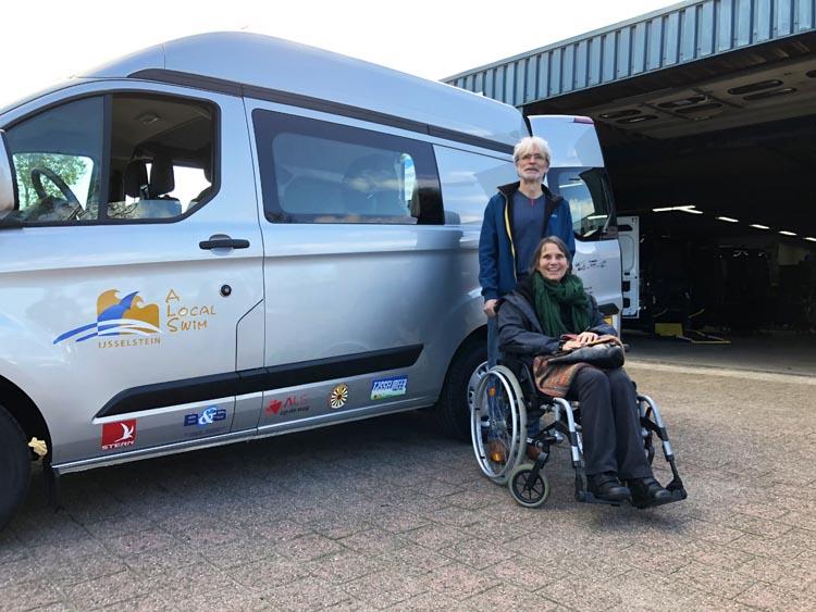 Uitreiking aangepaste rolstoelbus 32